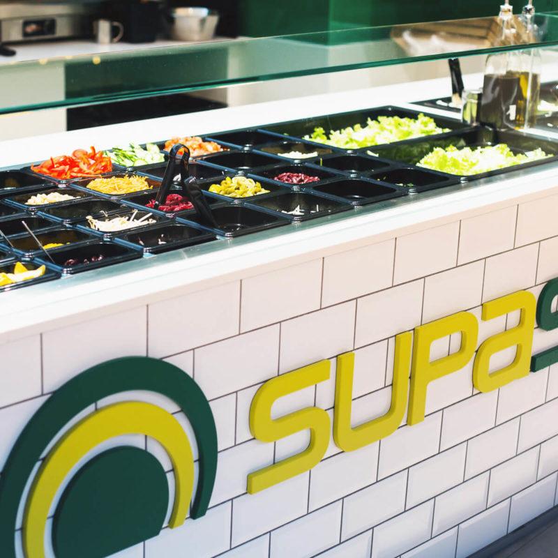 Supasalad Salatbar Theke mit Zutaten in Köln