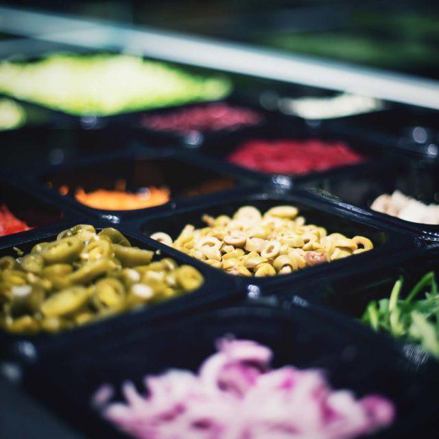 Frische Zutaten für einen Salat in einer Salatbar von Supasalat in Köln