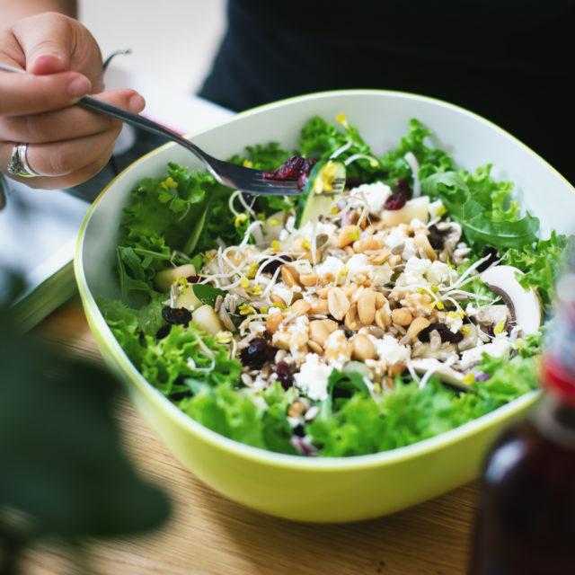 Gemischter Salat in der Salatbar in Köln